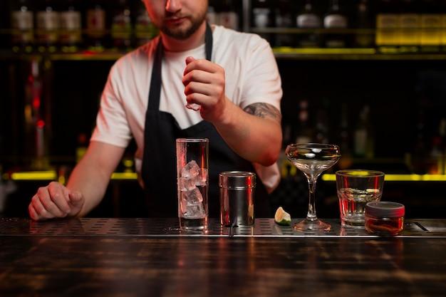 Barkeeper macht einen köstlichen erfrischenden cocktail