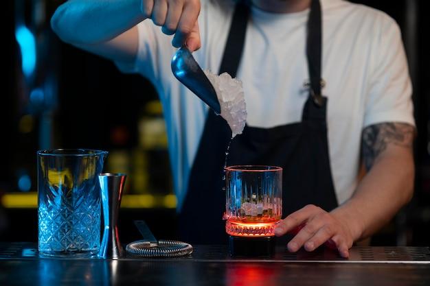 Barkeeper macht einen leckeren cocktail