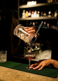 Barkeeper macht getränke
