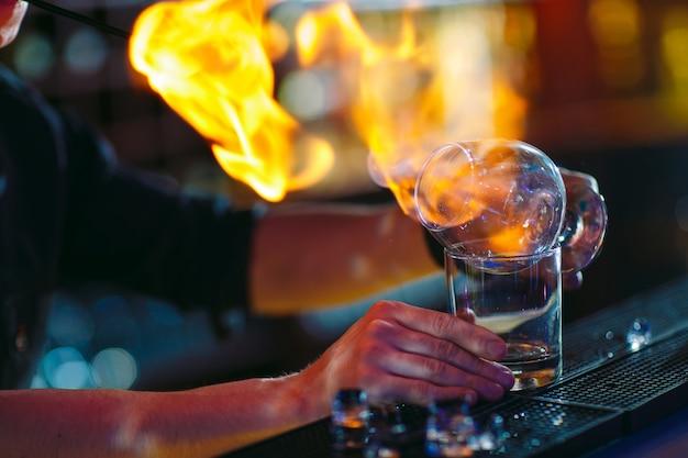Barkeeper macht heißen cocktail.