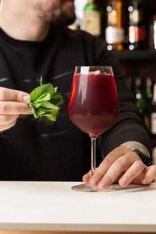 Barkeeper macht red sangria im italienischen restaurant sangria-cocktail mit rotwein an der bar verschwommen