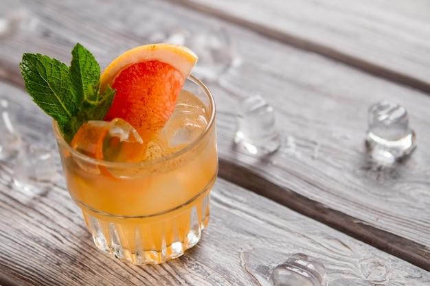 Barkeeper machte einen exotischen cocktail. cobas-cocktail mit zimt.