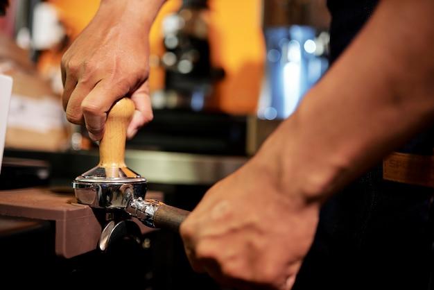 Barkeeper mahlen kaffeebohnen