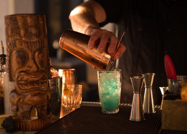 Barkeeper mischt ein getränk