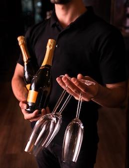 Barkeeper mit champagner und gläsern