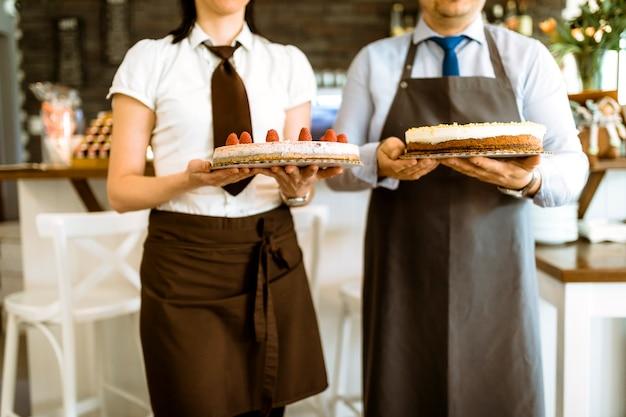 Barkeeper mit kuchen