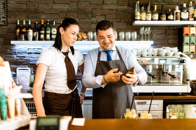Barkeeper mit smartphone