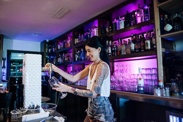 Barkeeper mit tattoo