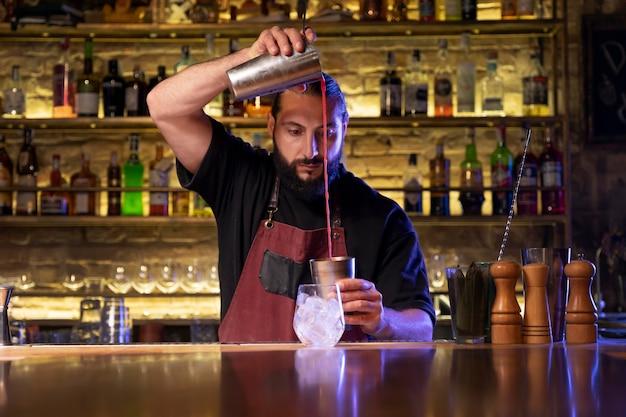 Barkeeper und cocktailshaker aus nächster nähe