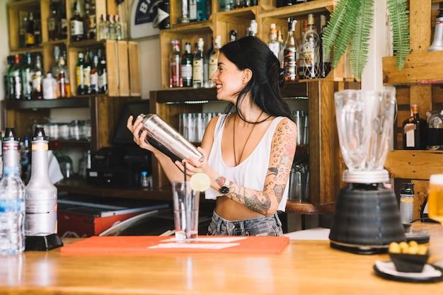 Barkeeper zitternder cocktail