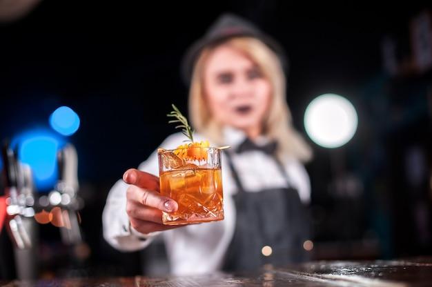 Barkeeperin kreiert einen cocktail in der brasserie Premium Fotos