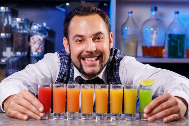 Barmann bei der arbeit, cocktails zubereiten.