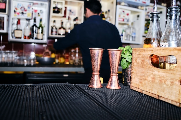 Barmann bereitet cocktails im nachtclub zu. kein gesicht.