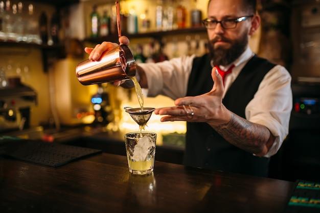 Barmann flackert hinter der bartheke auf
