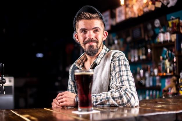 Barmann formuliert einen cocktail auf dem bierhaus