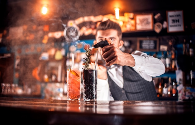 Barmann formuliert einen cocktail auf dem gasthaus