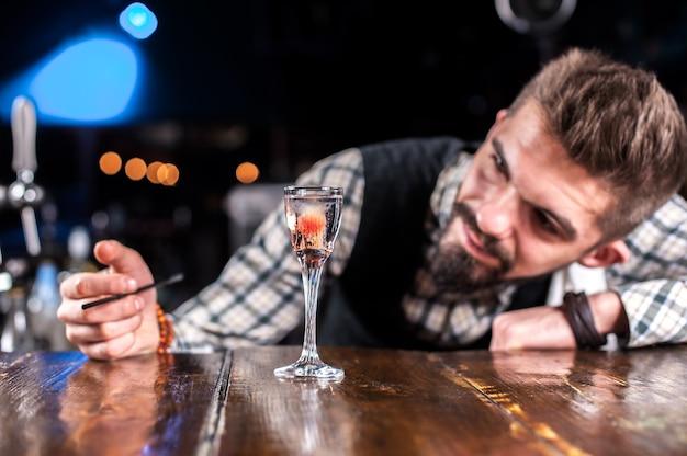 Barmann formuliert einen cocktail auf dem porterhouse