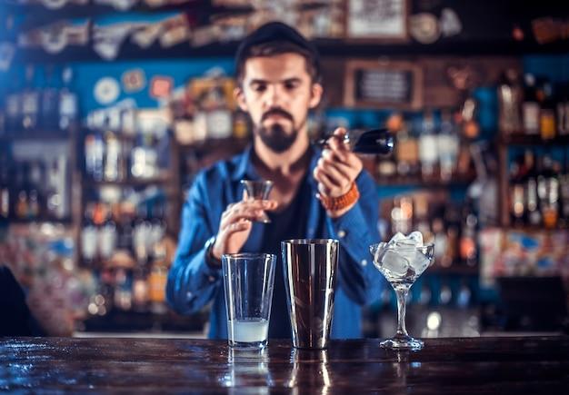 Barmann formuliert einen cocktail im öffentlichen haus