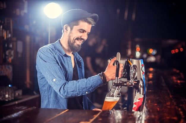 Barmann formuliert einen cocktail im salon