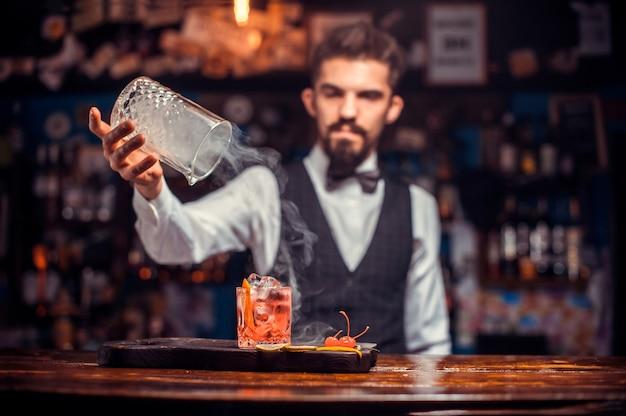 Barmann formuliert einen cocktail in der brasserie