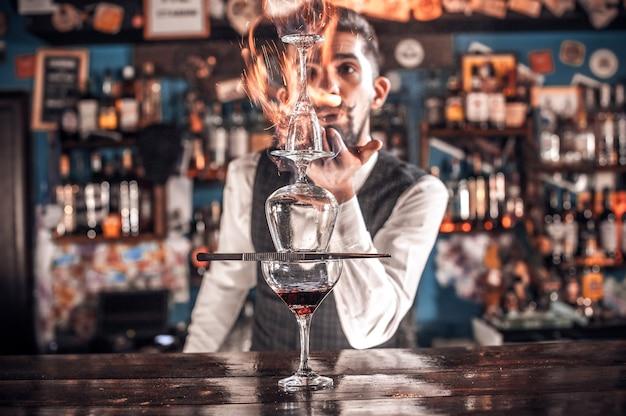 Barmann kocht einen cocktail auf dem schlaghaus