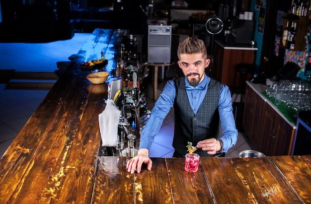 Barmann kocht einen cocktail hinter der bar