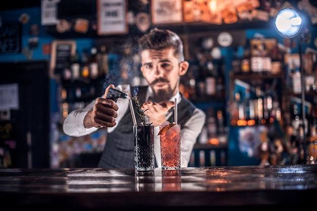 Barmann kocht im bierhaus einen cocktail