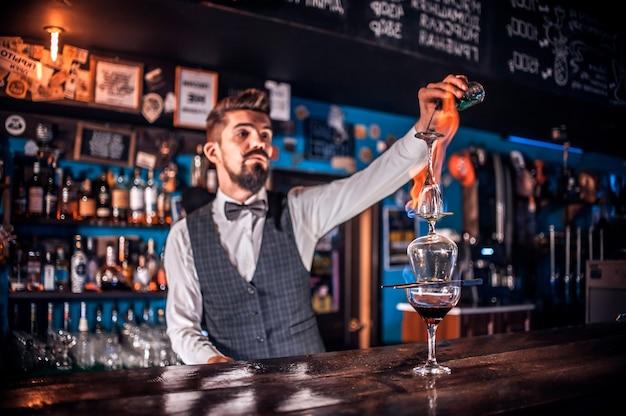 Barmann kocht im gasthaus einen cocktail
