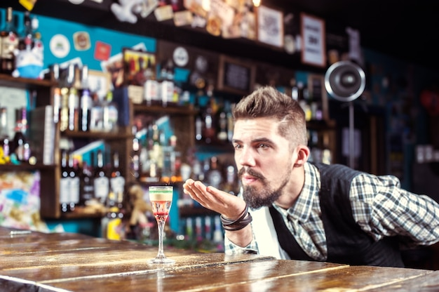 Barmann kreiert einen cocktail auf dem bierhaus