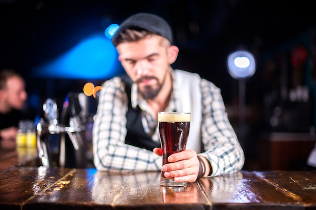 Barmann kreiert einen cocktail auf dem gasthaus