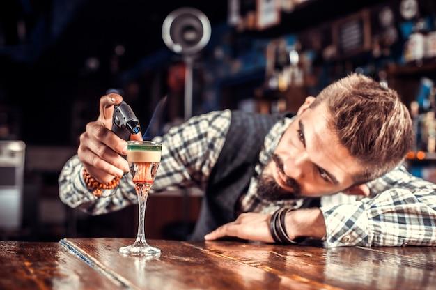 Barmann kreiert einen cocktail im salon