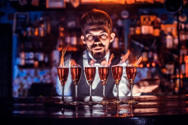 Barmann kreiert einen cocktail im schlaghaus