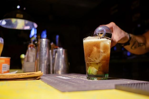 Barmann macht cocktail