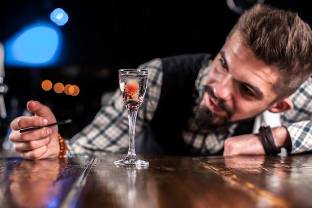 Barmann mischt einen cocktail im schankraum