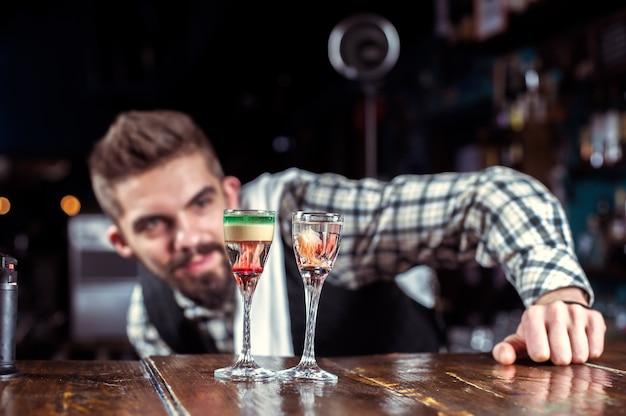 Barmann mixt einen cocktail im wirtshaus