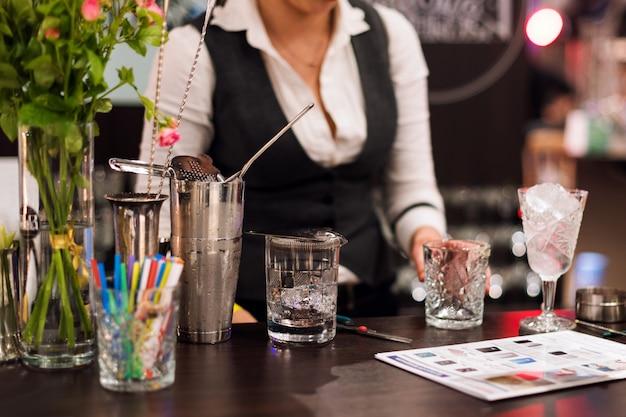 Barmannshow barkeeperin macht cocktail im nachtclub