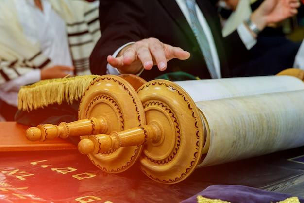 Barmitzvah liest torah und rollt in der nähe von bar mitzva in der jüdischen torah