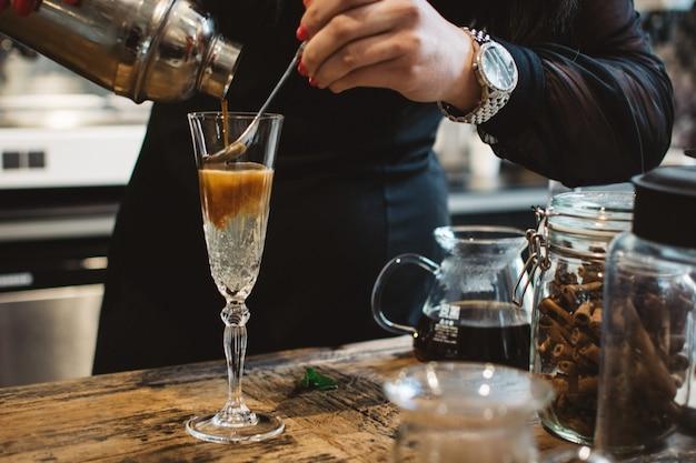 Barmixer, der espressotonikum vorbereitet