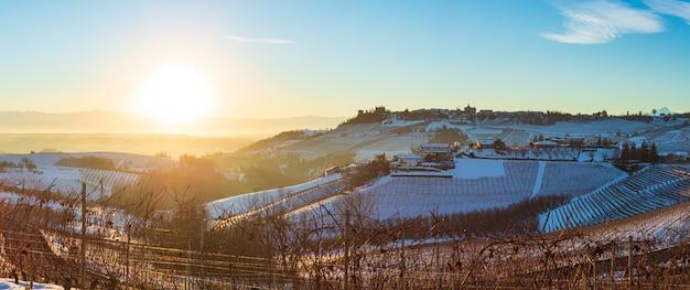 Barolo weinhöfe einzigartige landschaft winter sonnenuntergang