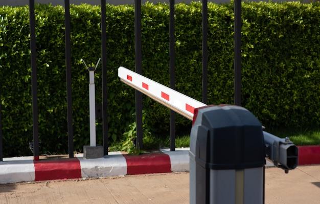 Barrier gate automatisches system zur sicherheit beim einchecken des autos in das dorf.
