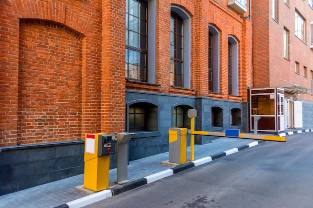 Barriere bevor sie den hof betreten. haus im alten industrieviertel.