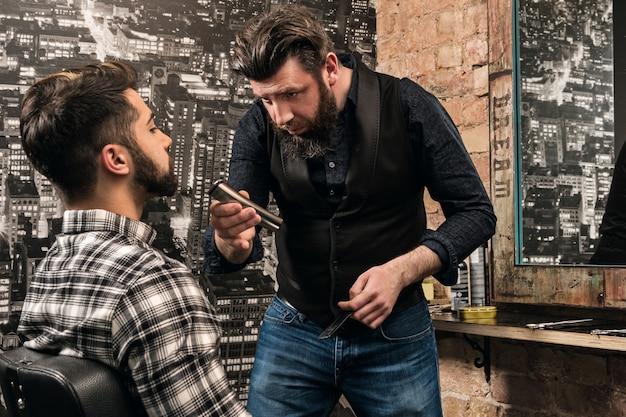Bart mit einem haarschneider rasieren