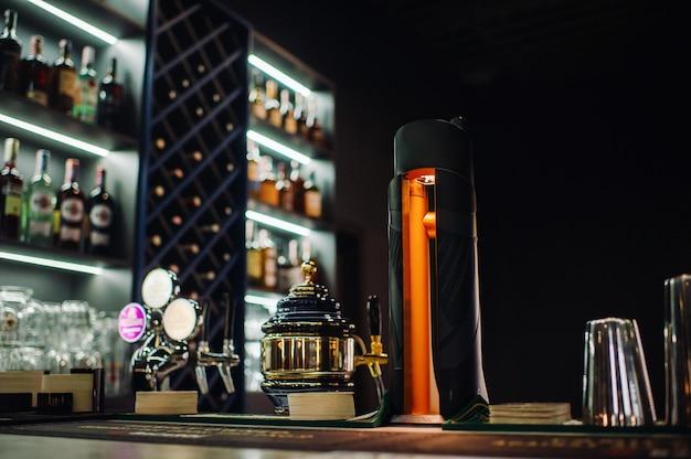 Bartheke mit gezapftem bier in einem bierrestaurant.