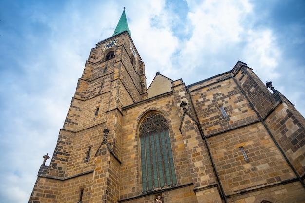 Bartholomäus-kathedrale am hauptplatz in pilsen tschechien