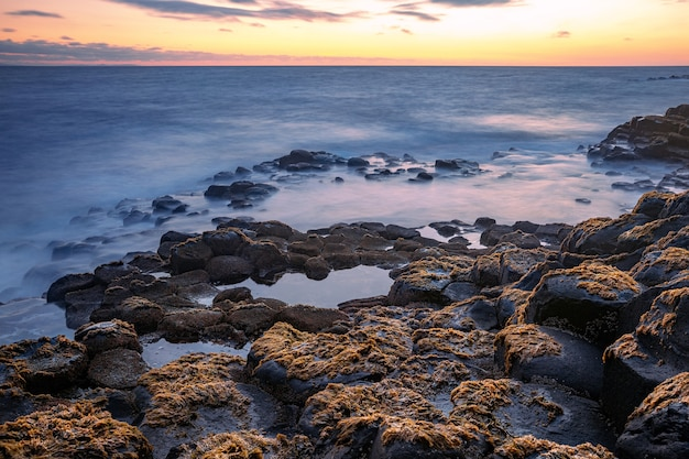Basaltfelsenformation giant's causeway, port ganny bay und great stookan, grafschaft antrim, nordirland, großbritannien