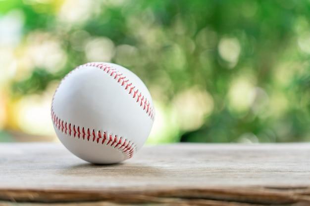 Baseball auf abstraktem hintergrund und rotem nähendem baseball. weißer baseball