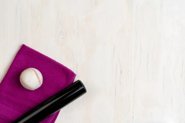 Baseballschläger und ball, ansicht von oben