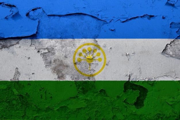 Bashkortostan-flagge gemalt auf der gebrochenen betonmauer