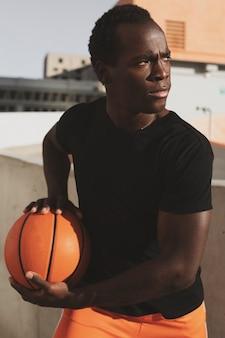 Basic schwarzes t-shirt im sportlichen stil herrenmode bekleidung stadtshooting
