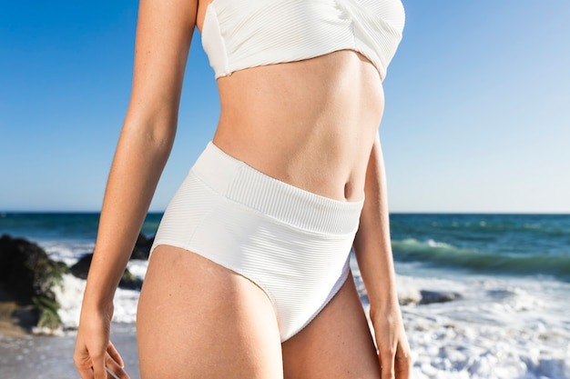 Basic weißes bikinioberteil nahaufnahme bademode shooting am strand